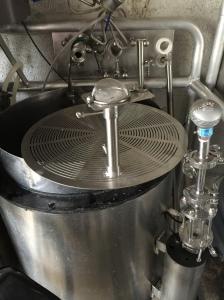 Silbunn med overløp og filter for å hindre makt i pumpa.
