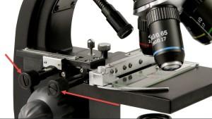 Mikrometerskruer for å bevege prøven i X og Y planet.